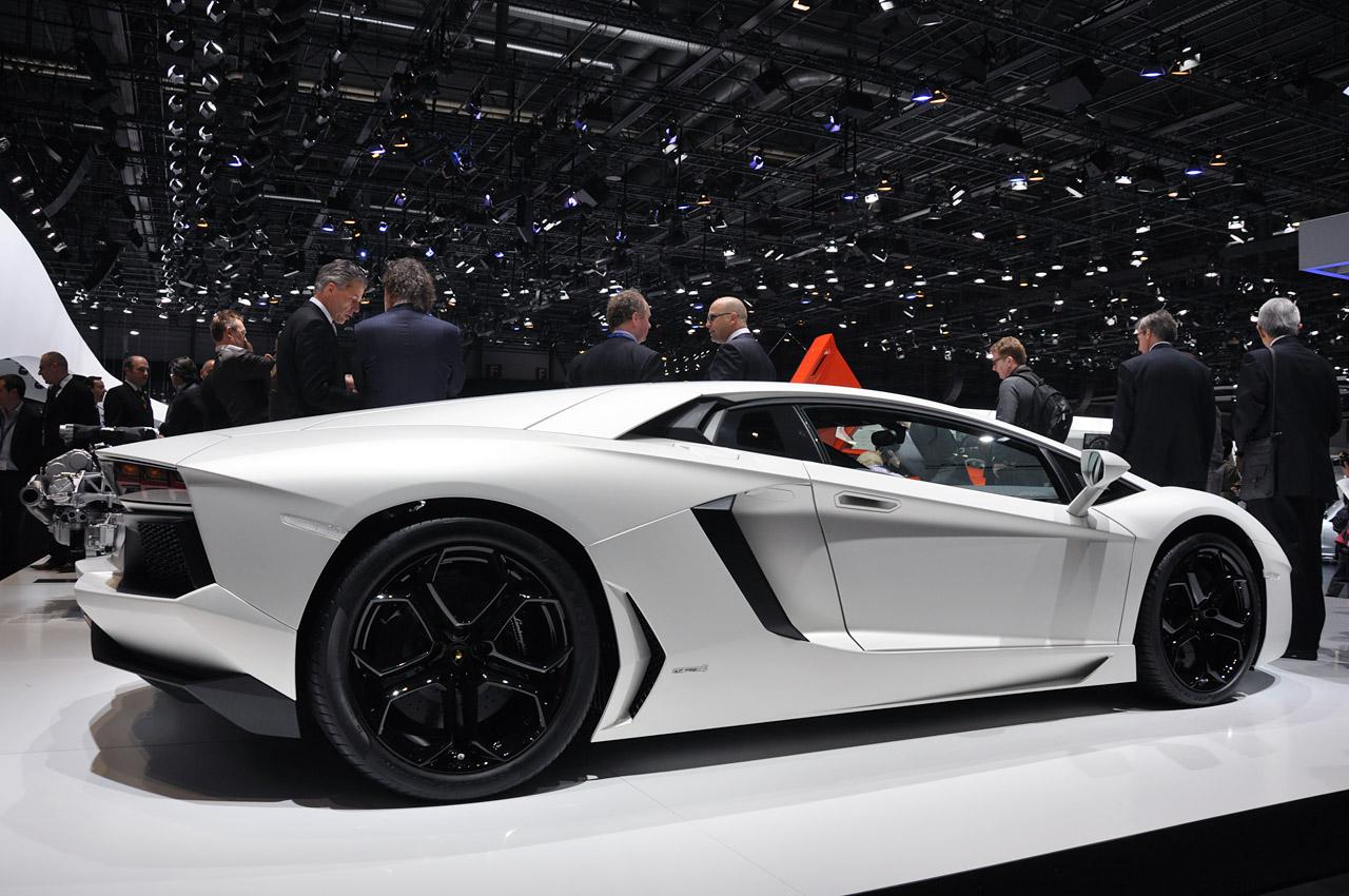 White Lamborghini Aventador LP700-4 Wallpaper For Ipad