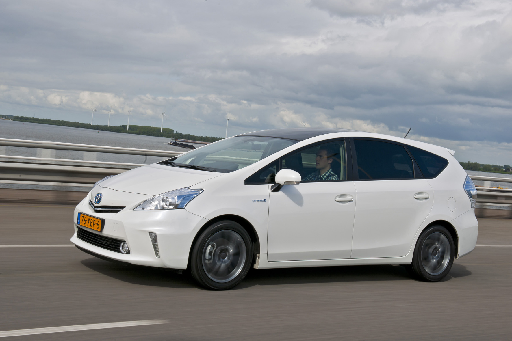 Toyota Prius Wagon Rijdend Wallpapers HD