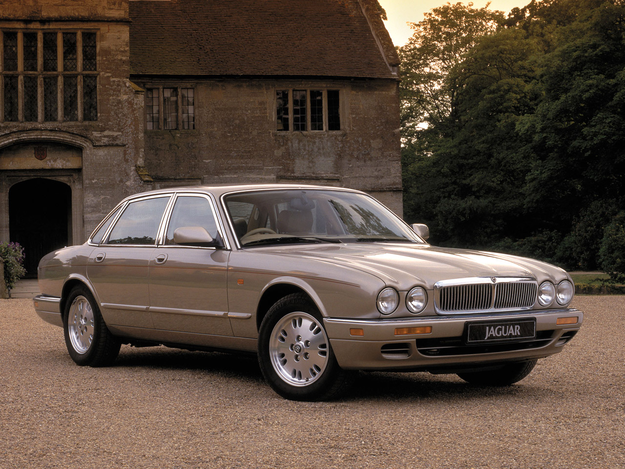 Jaguar XJ6 Sovereign Information Desktop Background