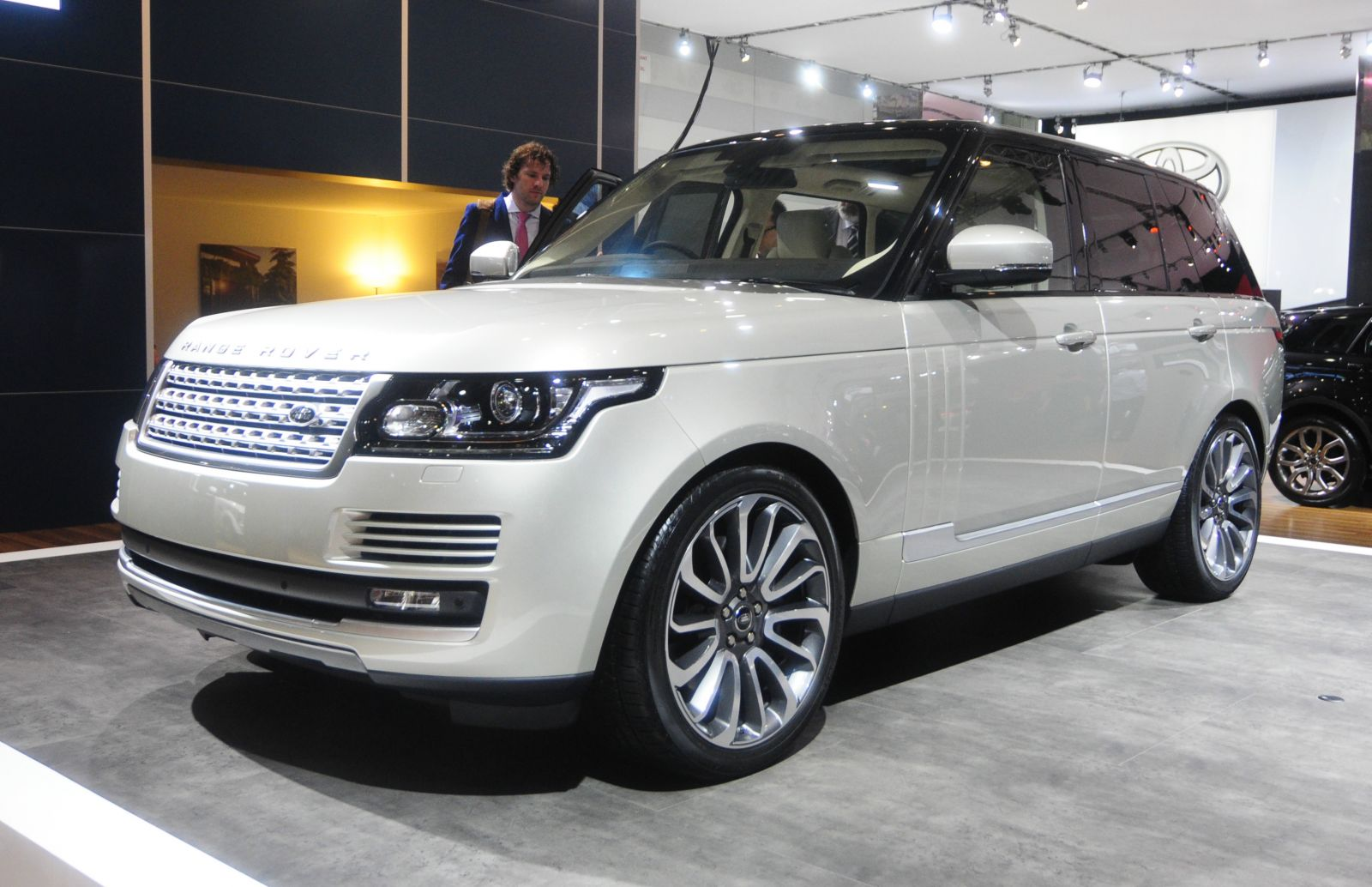 Range Rover Lands In Sydney High Resolution Image Wallpapers Download